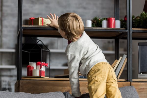 Niño buscando regalos